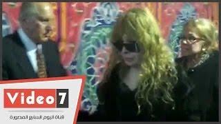 "getlinkyoutube.com-بالفيديو.. انهيار الفنانة نيللى فى عزاء شقيقتها ""فيروز"" بالحامدية الشاذلية"