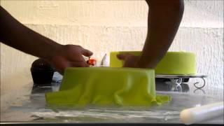 getlinkyoutube.com-Cobrindo bolo cenográfico com Pasta Americana