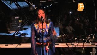 getlinkyoutube.com-Sublime Tanina (fille de Idir) en robe amazighe à l'Olympia de Montreal (acewwiq/chant: Ufigh duru)