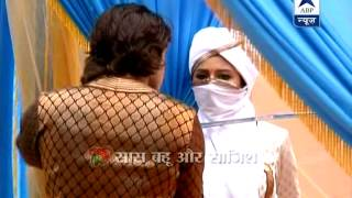 getlinkyoutube.com-Akbar's sword fight with Jodha