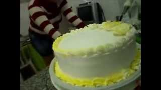 getlinkyoutube.com-Bolo de aniversário confeitando (Passo a Passo)