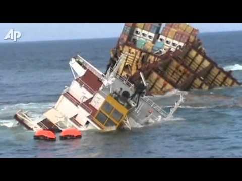 Un cargo plin cu containere scufundat
