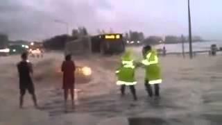 """""""'Mobil ajaib muncul dari dalam air banjir"""""""