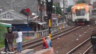 getlinkyoutube.com-AWASS!!  ABG ini hampir ditabrak KA Madiun Jaya !!