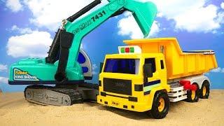 getlinkyoutube.com-El camión volquete y la excavadora ayudarán a traer la arena Juguetes para niños y coches