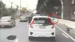 getlinkyoutube.com-แชร์ว่อน คลิปขับรถปาดกันดุเดือด คนขับแจ๊ซชักปืนขู่กลาง ถ.บางนา-ตราด ไม่เกรงกลัว กม.