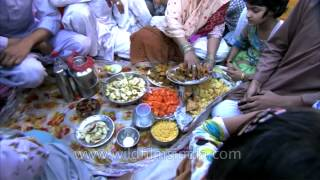 getlinkyoutube.com-Indian Muslim family place food items on plates during Iftar