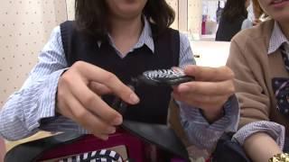 getlinkyoutube.com-What are inside Japanese high school girls' bags? Part.1 女子高生のカバンの中身調査 看看日本高中女生的包里都有些什么!