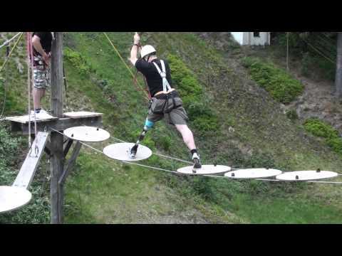 Oberschenkelamputierter mit Prothese im Hochseilgarten
