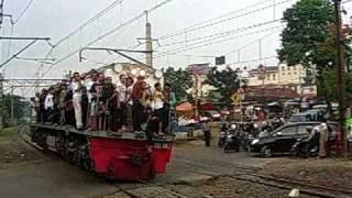 lokomotif cc 201-nya penuh, mirip bb 303 di tragedi bintaro