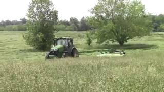 Трактор John deere на уборке трав.