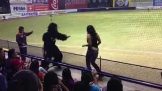 getlinkyoutube.com-Monkey bailando con aficionada en Estadio de los Acereros de Monclova
