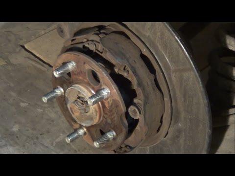 Где в Инфинити FX45 находится трос ручного тормоза