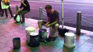 ストリートのドラムのパフォーマンス