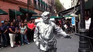 getlinkyoutube.com-Robot en la calle Madero