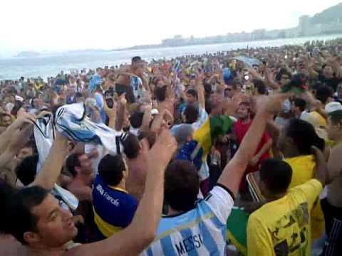 Tema del Mundial - hinchada argentina en la playa en copacabana.