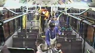 Un brutal ataque, quedó grabado en las cámaras de seguridad de un autobús de KCMO