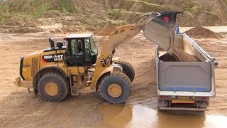 getlinkyoutube.com-New Cat 980M Wheelloader Loading Volvo FH12 Semi Trucks