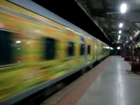 Indian Railways..Night video of 12239 Mumbai Central-Jaipur Duronto express