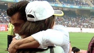 getlinkyoutube.com-Salman Khan Hugs Sneha Ullal @ CCL | Check Out