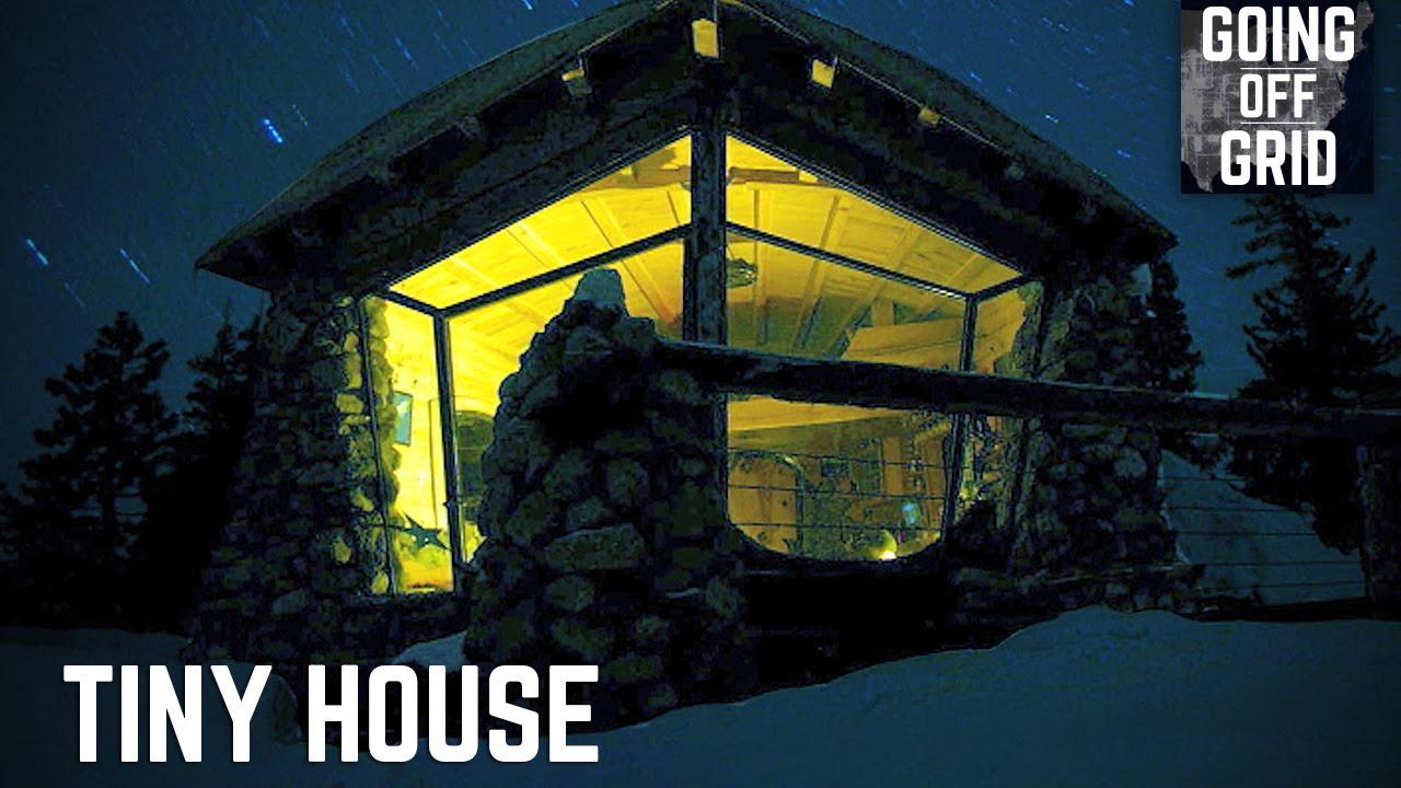 Ett litet hus mitt i den snötäckta backen. Byggdes av ...
