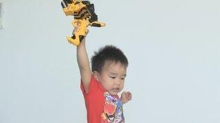getlinkyoutube.com-キョウリュウジャーのおもちゃをもらって喜ぶ子供。Jyuudensetai Kyuuryuujya