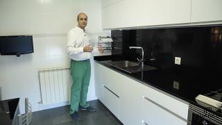 getlinkyoutube.com-Video de cocinas blancas  modernas pequeñas en acabado supermate sin tiradores y silestone en negro