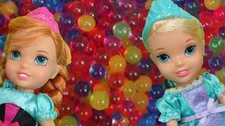 getlinkyoutube.com-Elsa and Anna toddlers have fun in ORBEEZ ! They slide into colorful water jelly balls!