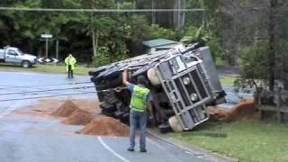 getlinkyoutube.com-Rolled Truck Rescued Morayfield March 9, 2009