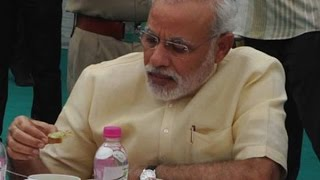 getlinkyoutube.com-PM Narendra Modi takes lunch in Parliament canteen