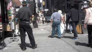 getlinkyoutube.com-Woman Goes Crazy In NYC