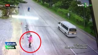 getlinkyoutube.com-สุพรรณบุรี รถพ่วงชนสาวข้ามถนน | 11-09-58 | เช้าข่าวชัดโซเชียล | ThairathTV