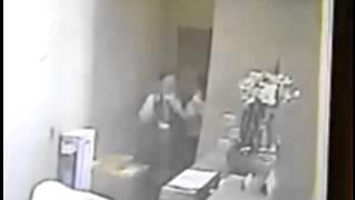 getlinkyoutube.com-監拍經理性騷擾女秘書 辦公室墻角強行摟抱