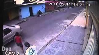 getlinkyoutube.com-Câmera flagra acerto de contas entre traficante e usuário de drogas