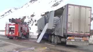 Erzincan'da Buzda Kayan Tır Duvara Çarpınca Yandı