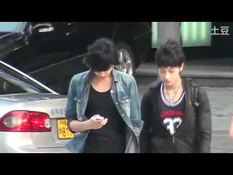 [FANCAM] 110701 EXO Kris and Tao crossing the road