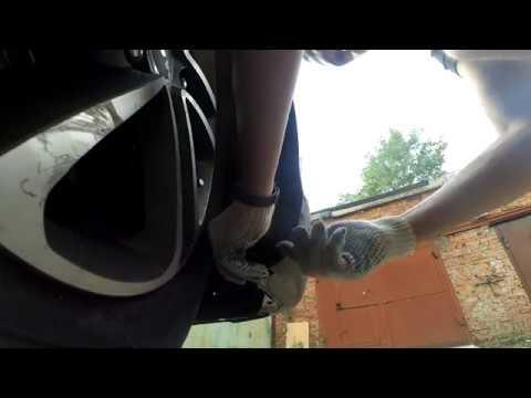 Где находится у Митсубиси Лансер 9 моторчик омывателя лобового стекла