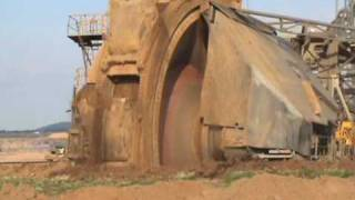getlinkyoutube.com-Schaufelradbagger frontal / bucket wheel excavator close-up