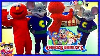 getlinkyoutube.com-Elmo Goes to CHUCK E CHEESES for Chucktober! Kids Games Indoor Play Area Family Fun