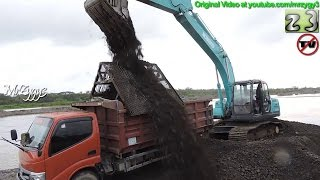getlinkyoutube.com-Excavator Kobelco SK200 Loading Toyota Dump Truck