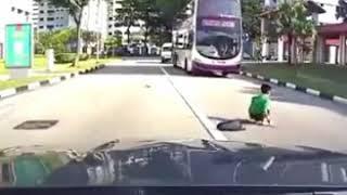 تصادف بسیار وحشتناک با پسر بچه