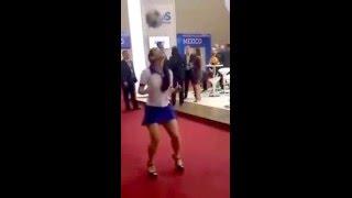 getlinkyoutube.com-Mujer dominando balon con tacones