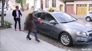 Le regalan un auto a Eva