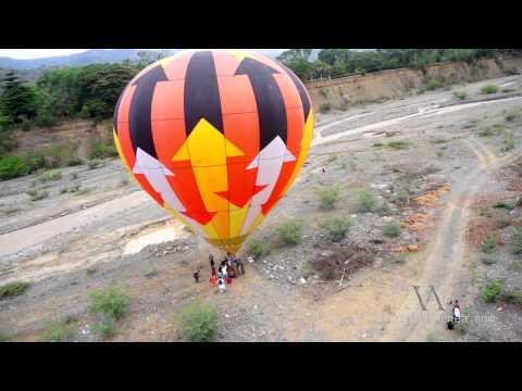 Volando Junto al Globo Aerostático en santa fe de Antioquia / Tomas Aéreas Colombia