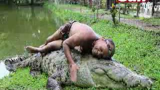 getlinkyoutube.com-Man swims with 17 foot Crocodile