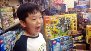 getlinkyoutube.com-장난감 가게의 레고 정품 박스들을 보면서 입이 딱 벌어진 아이
