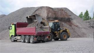 getlinkyoutube.com-Cat 962H loading two Volvo FH with gravel
