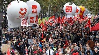 Los trabajadores del sector público francés se han manifestado en la capital en contra de las reformas económicas anunciadas por el gobierno de Emmanuel Macron.