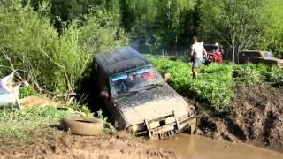 getlinkyoutube.com-Toyota Land cruiser vs Niva in deep mud
