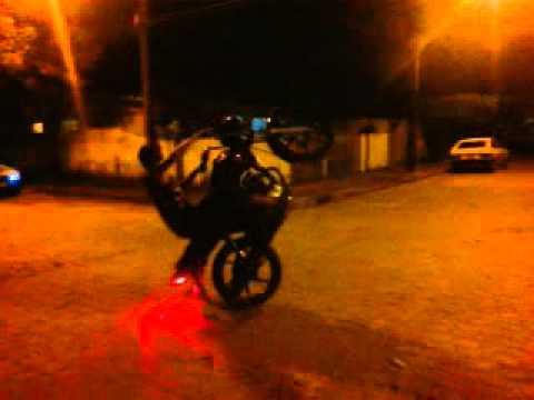 vitinho empinando na 150cc e no zerinho !